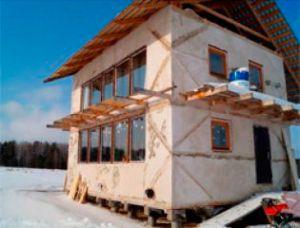 Соломенный дом для круглогодичного проживания построен под Красноярском