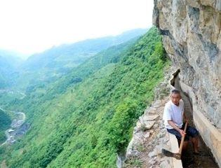 Житель китайской деревни 36 лет строил водный канал в скалах
