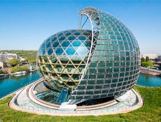Здание-гигантский шар с вращающимся солнечным парусом из солнечных батарей