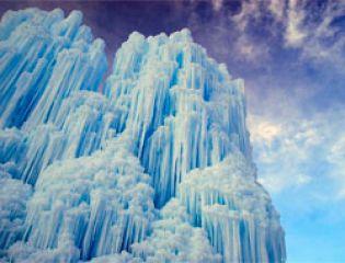 Необычный ледяной замок из сосулек